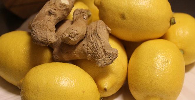 Varm eller kall citron- och ingefärsdryck i höst